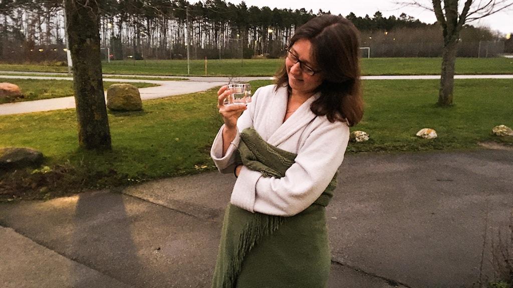 Katarina Ridderstedt beundrar sin ljuslykta.