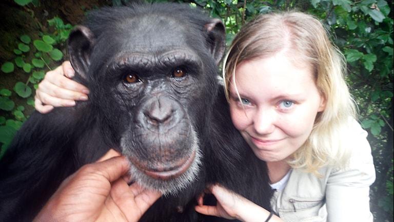 Karolina Löfgren Egraeus med en schimpans