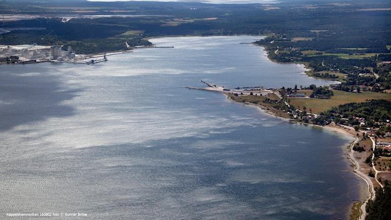Kappelshamnsviken med Storugns kalkugn och Kappelshamns hamn.