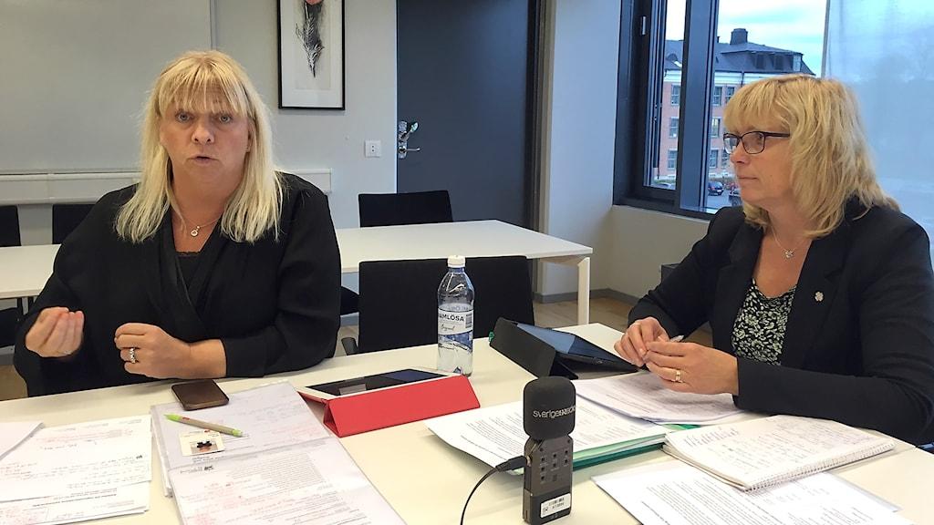 Meit Fohlin och Eva Nypelius håller presskonferens.