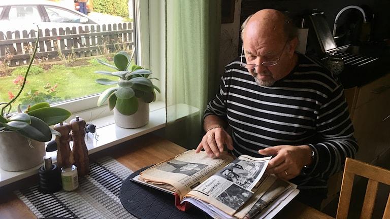 Harry Hanell bläddrar i tidning