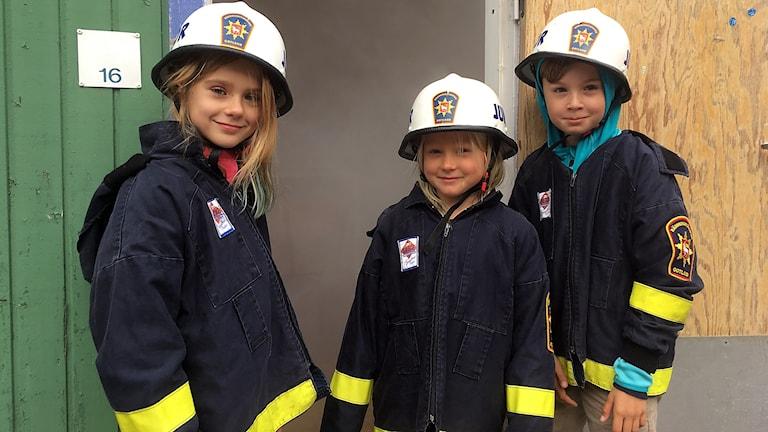 Ellen Öhström, Hedda Holsner och Viktor Wallstedt i tvåan på S:t Hans provar brandmanskläder.