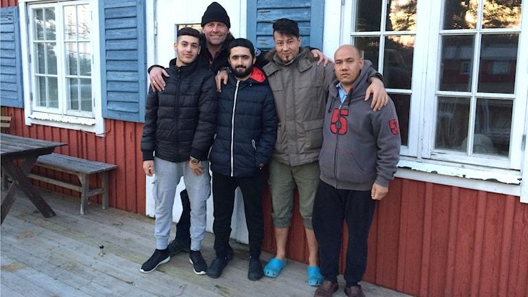 Dlovan Jama, Lasse Orava, Yousif Xasrow, Abdulla Hosseini och Rahmt Sharifi på Fröjelgården. Foto: Anna Jutehammar/ Sveriges Radio