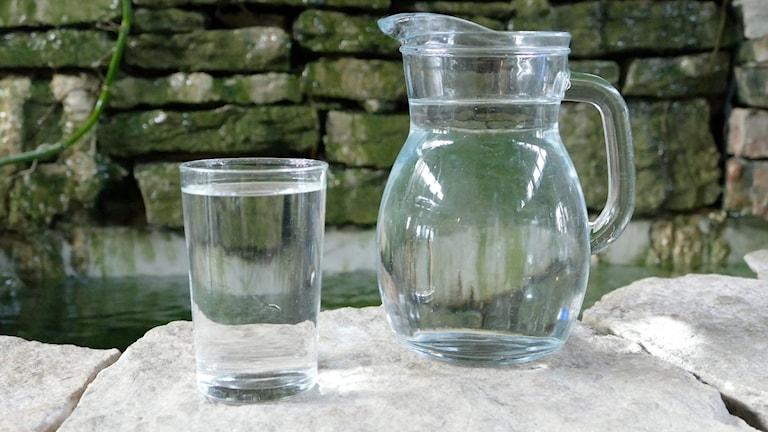 Vatten i glas och kanna.
