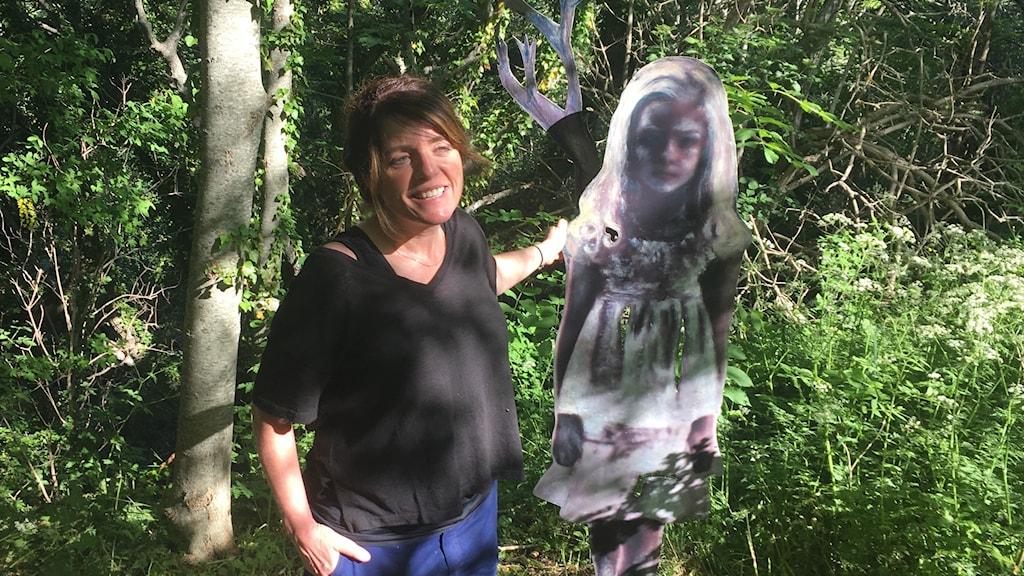 Jessica Lundeberg med skulpturen The Watcher in the Woods