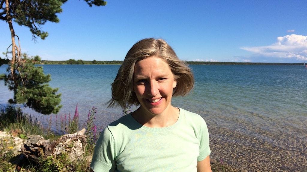 Miljöminister Karolina Skog vid Bästeträsk. Foto: Daniel Värjö/Sveriges Radio