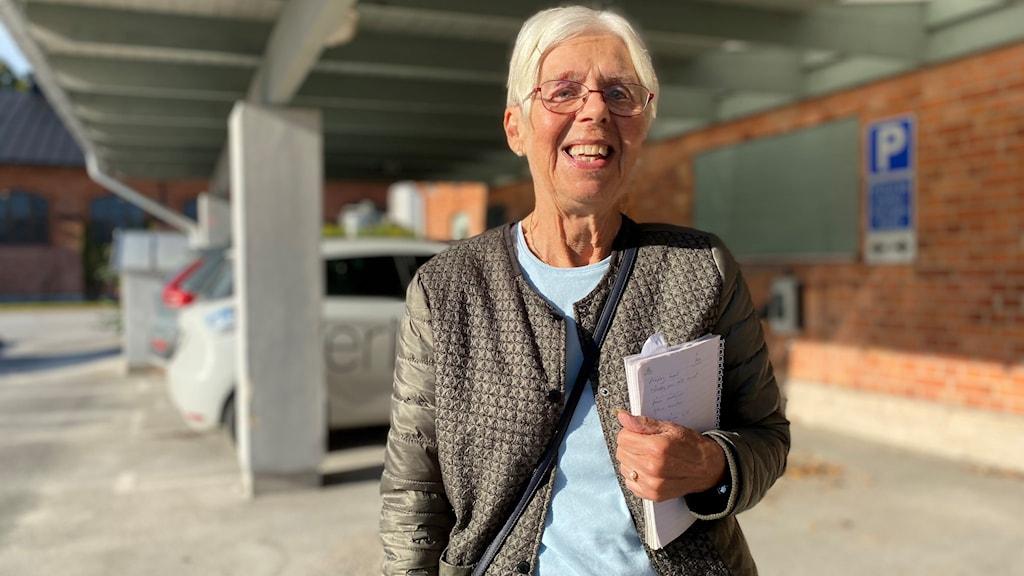 Inger Göthberg, frivilligledare vid Röda korset, står utomhus.
