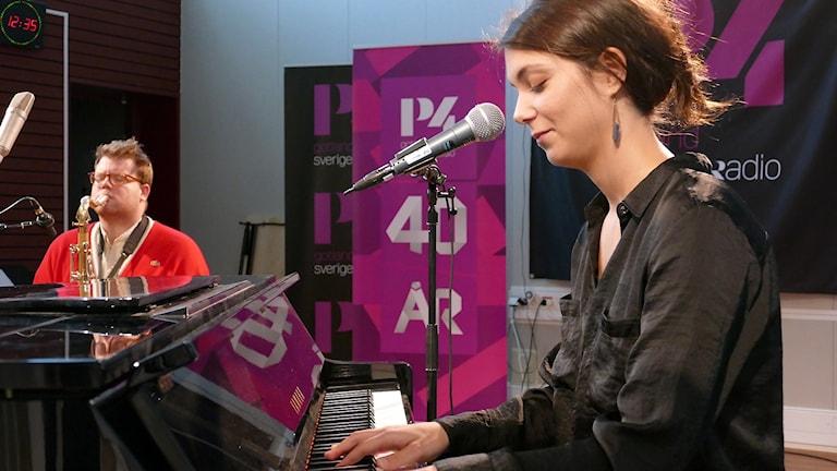 Pelle Westlin spelar tenorsaxofon tillsammans med Clara Strauch som spelar piano och sjunger.