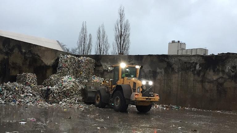 Cementas eldhärjade lager, där väggarna vittnar om branden