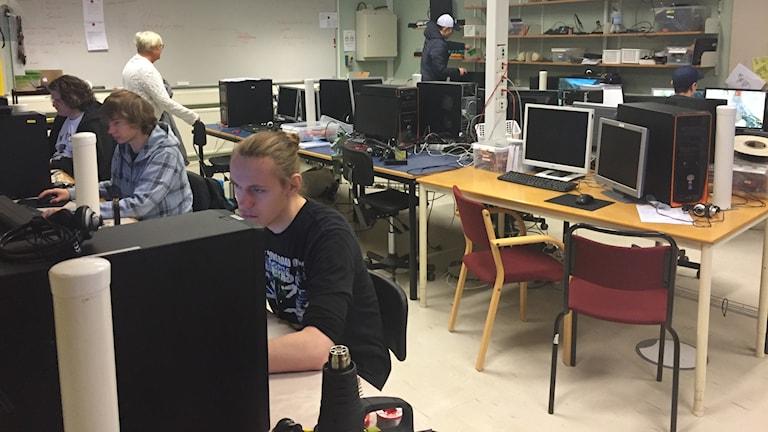 Elever vid Wisbygymnasiet på El och Energiprogrammet.