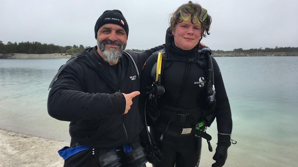 Dykinstruktören Sebastian Reyes med eleven Vincent Åhm