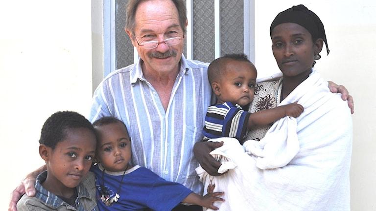 Hans Forslund med sin yngsta patient någonsin, utanför Gotlandskliniken i Bahir-Dar, Etiopien