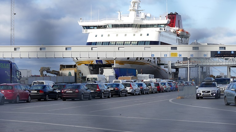 Laivan edessä on pitkä autojono