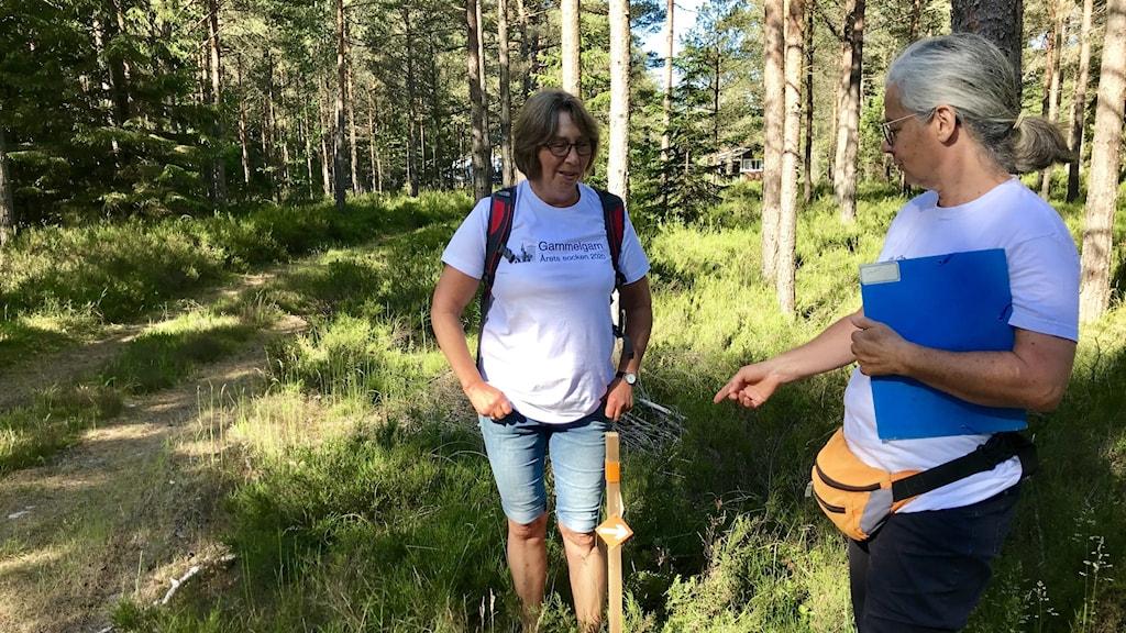 Två kvinnor i en skog.