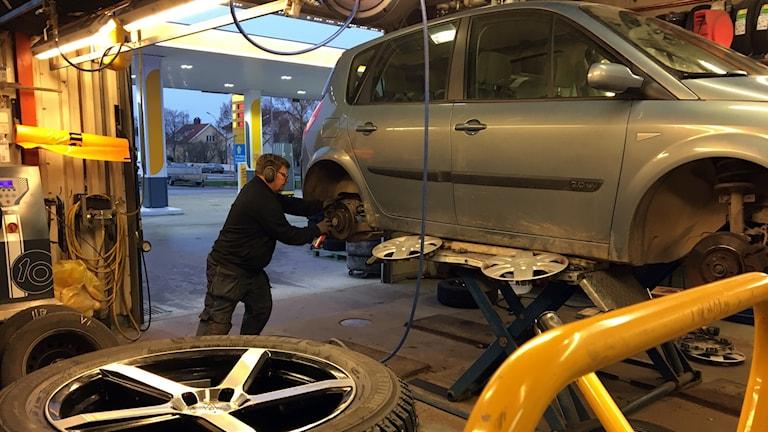 Danne Romin jobbar på däckverkstad och har fullt upp när det är dags att skifta däck.
