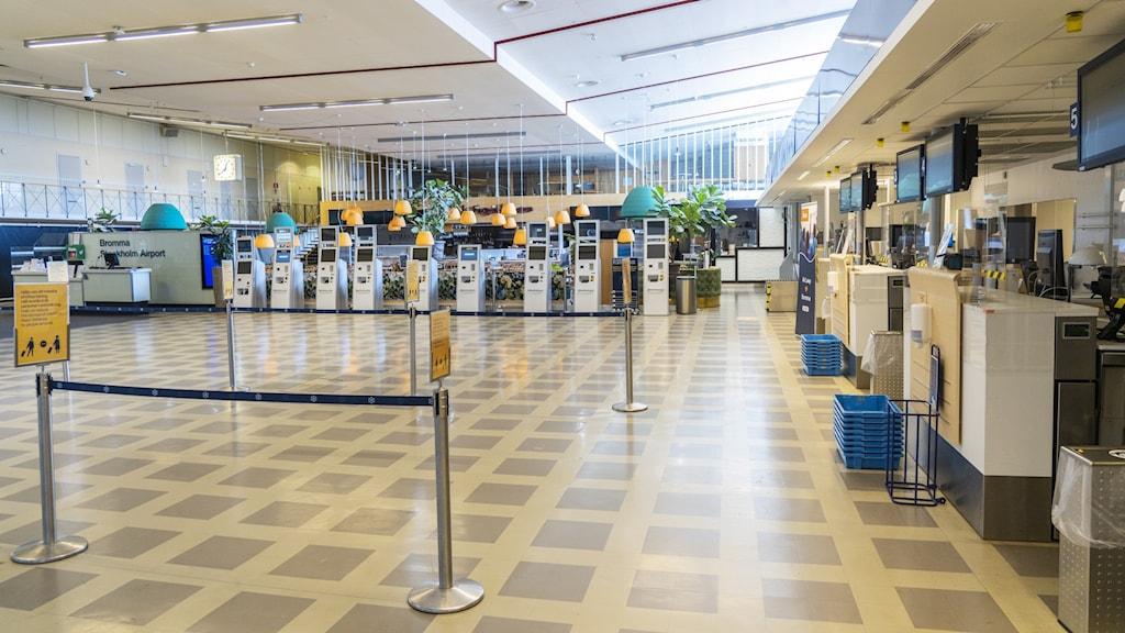 En tom avgångshall på Bromma flygplats.