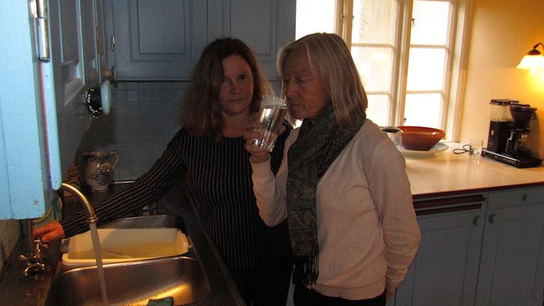 Elisabeth Lantz bjuder grannen Cecilia Herzog på ett glas avsaltat havsvatten. Foto: Johan Hellström/Sveriges Radio