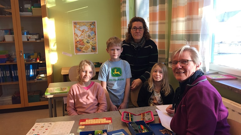 Eleverna Emilia Borglind, Loke Mangård och Freja Brunner tillsammans med Jeanicke Lidmark och Anette Nilsson.