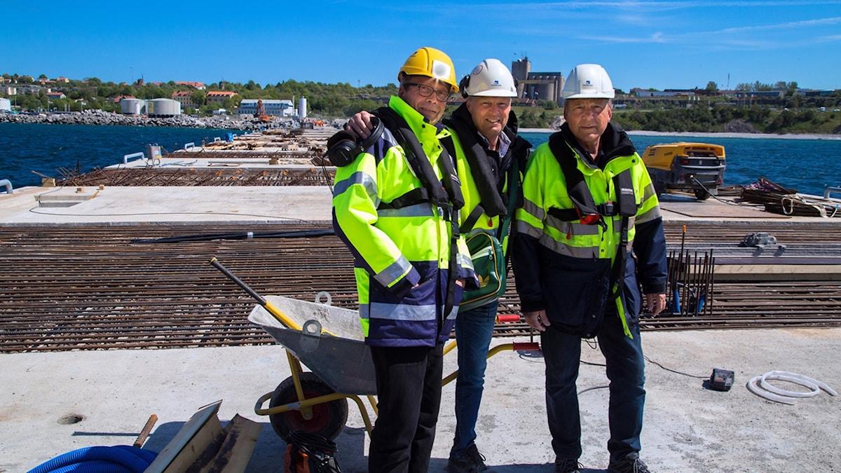 Harald Gröttvik, projektledare för kryssningskajen, programledarre Joakim Åstrand och hamnfogden Håkan Hallberg på kryssningskajen.