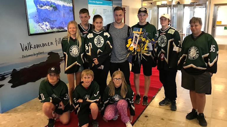 Johan Larsson tog emot av fans, familj och pressen när han landade på Gotland.