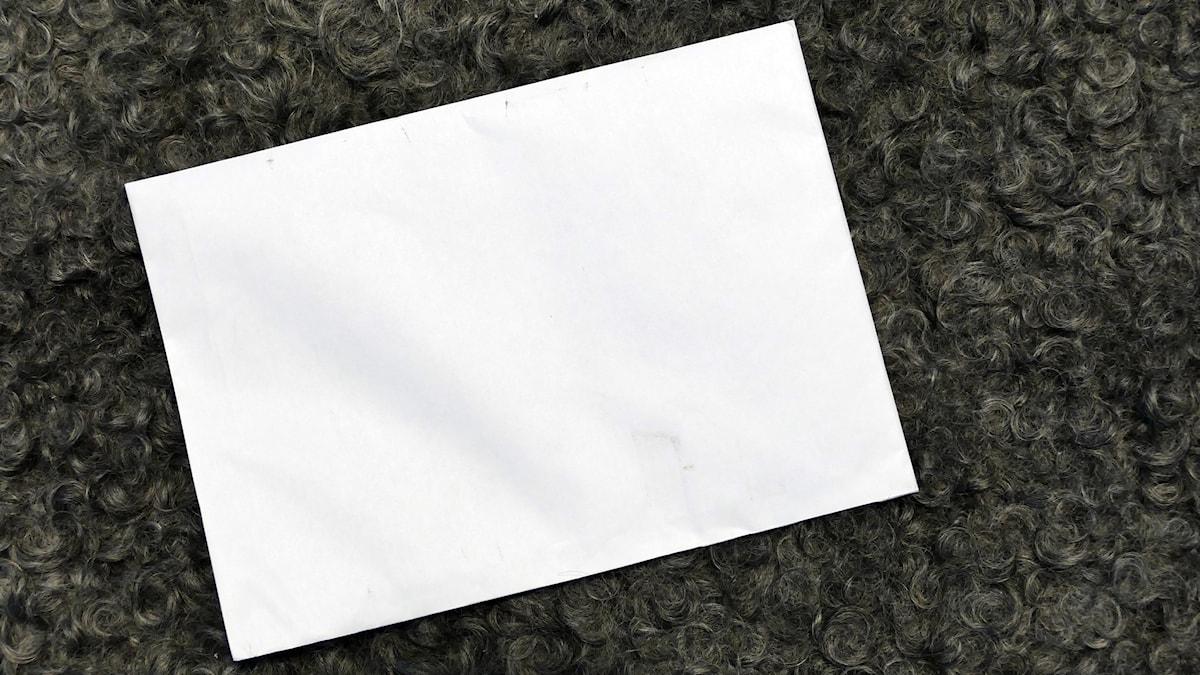 Vitt kuvert utan mottagare och avsändare.