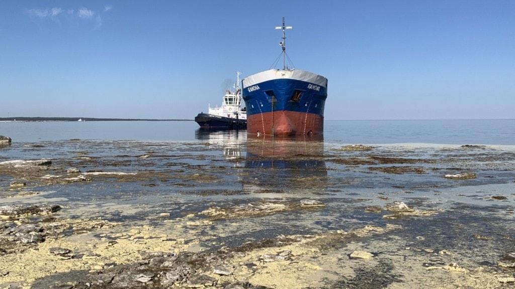 Ett grundstött fartyg och en bogserbåt utanför Fårö.