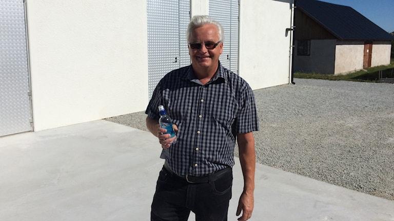 Tommy Gardell med Herrvikvatten i handen