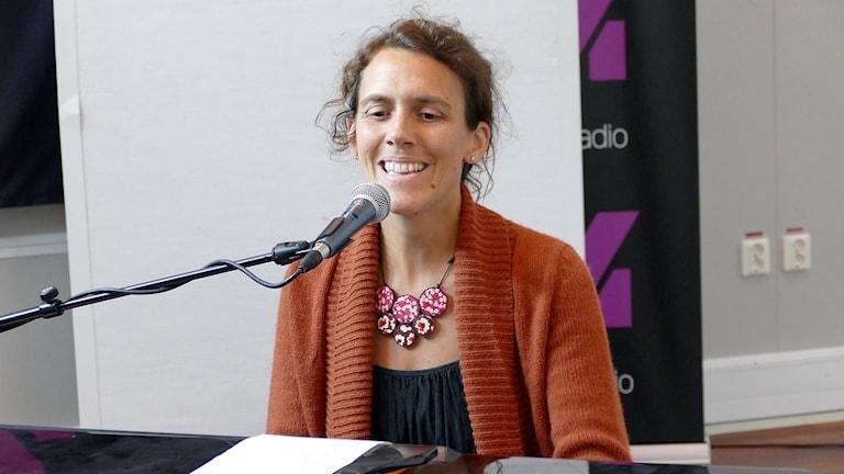 Alma Emilsson sjunger och spelar piano.
