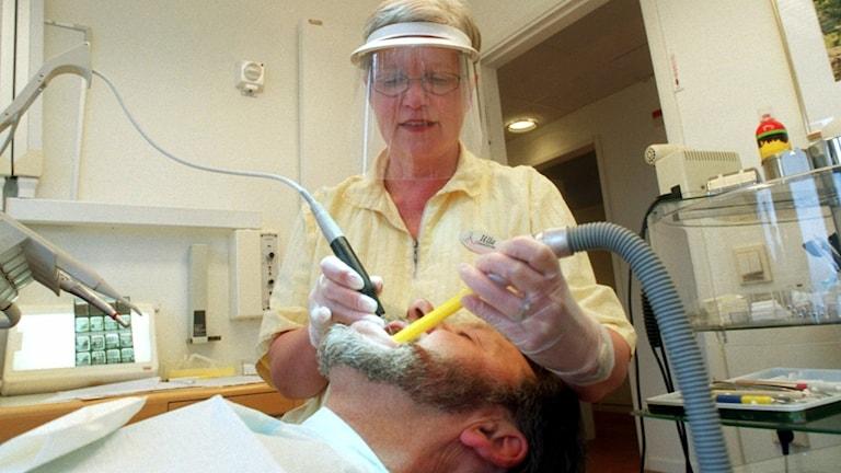 Tandsköterska med patient.