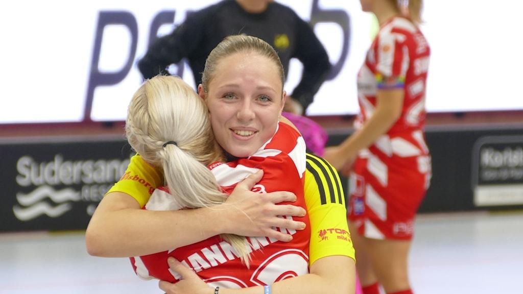 Stephanie Boberg kramar om tidigare lagkamrat