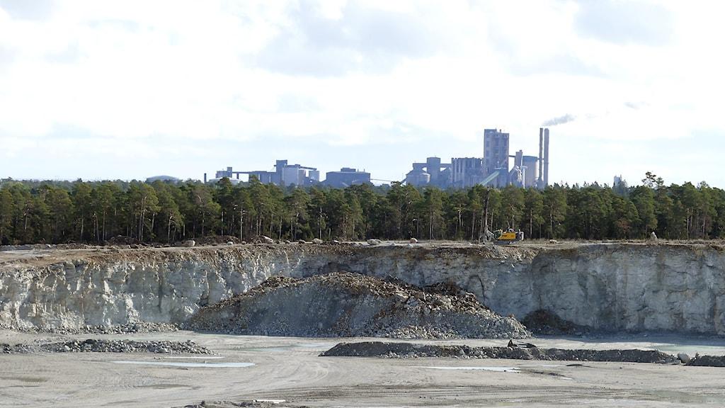 Stenbrott på Filehajdar med Cementas fabrik i bakgrunden