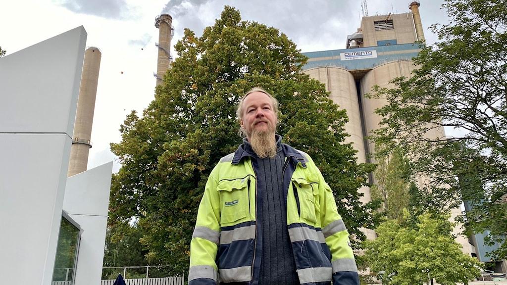 Roger Lehrberg står framför Cementas fabrik i Slite.