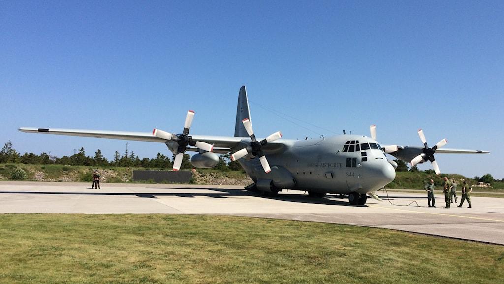 Ett Herculesplan av modellen TP-84 står still påen flygplats.