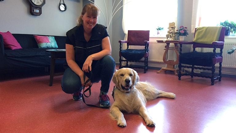 Hunden Bingo och undersköterskan Catharina Sund är snart klara med vårdhundsutbildningen.