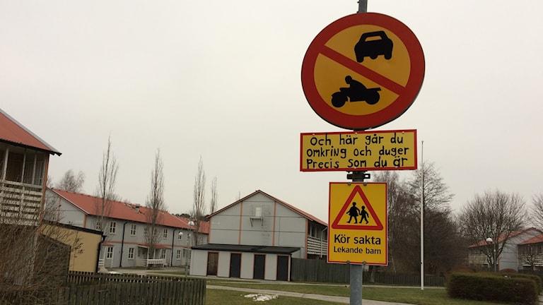 Uppmuntrande skylt på Gråbo i Visby