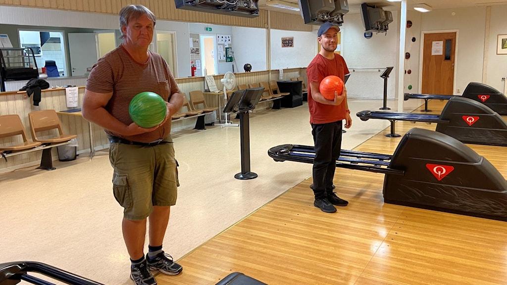 Mats Rundby och Christoffer Jakobsson står i Stånga bowlinghall.