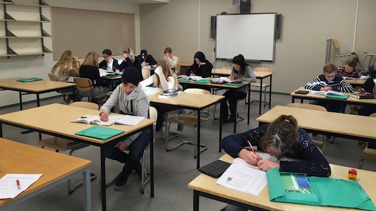 Eleverna i klass 7b jobbar koncentrerat under mattelektionen.