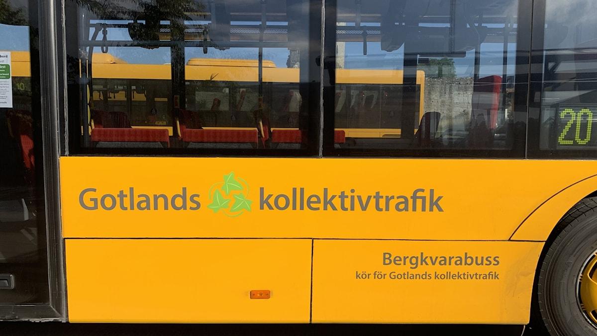 """Sidan av en buss med texten """"Gotlands kollektivtrafik""""."""