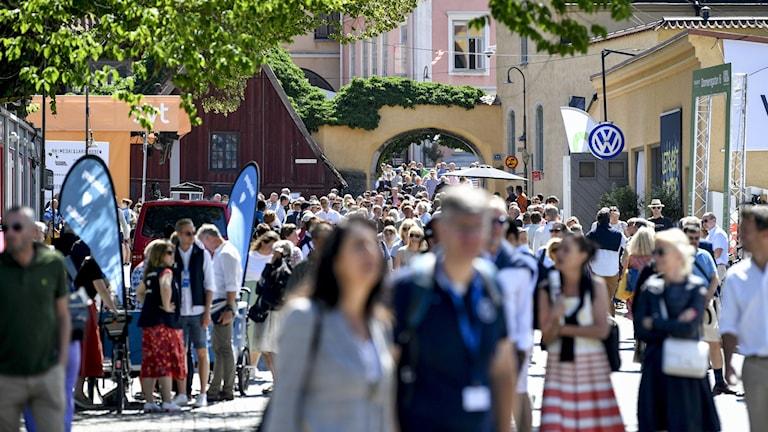 Folkvimmel i Visby under Almedalsveckan.