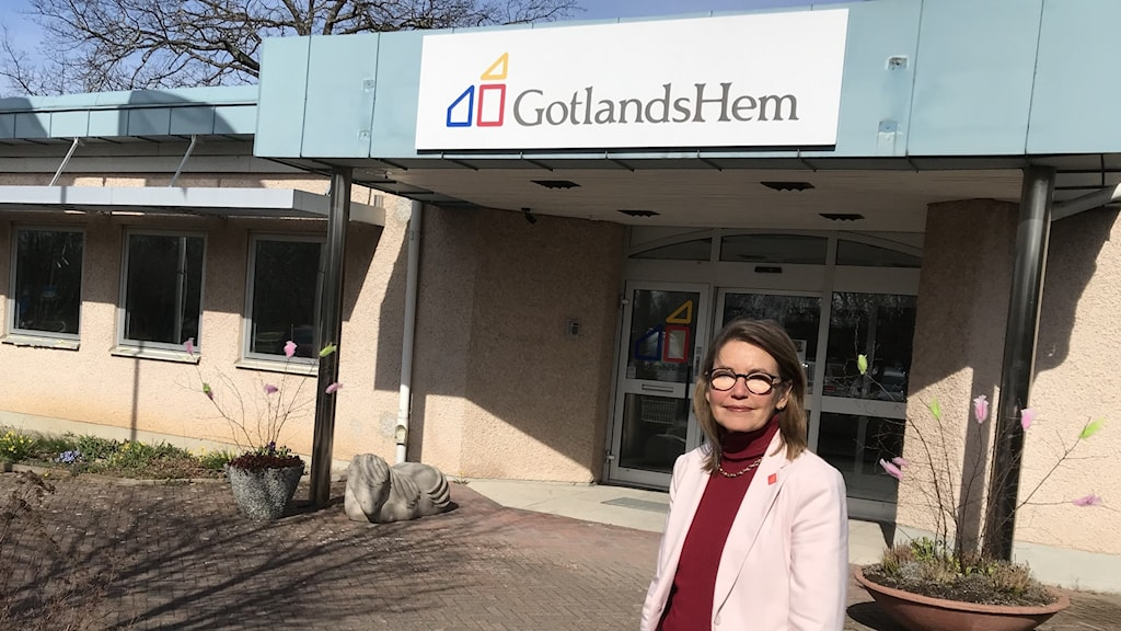 Elisabeth Kalkhäll, vd för Gotlandshem utanför bolagets kontor.