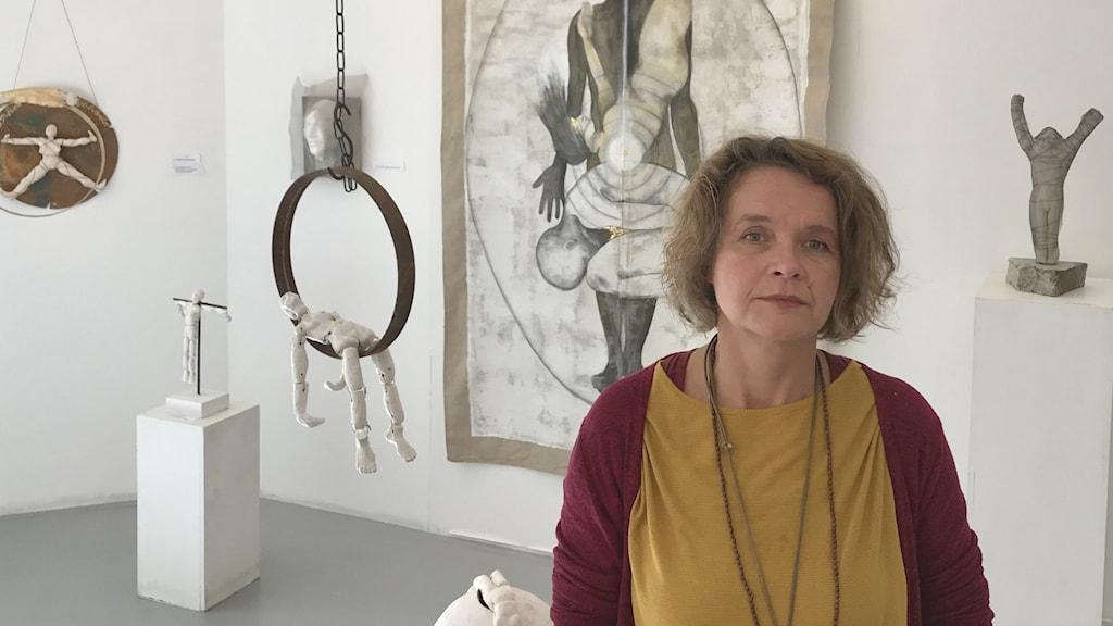 En kvinna i ett konstgalleri.
