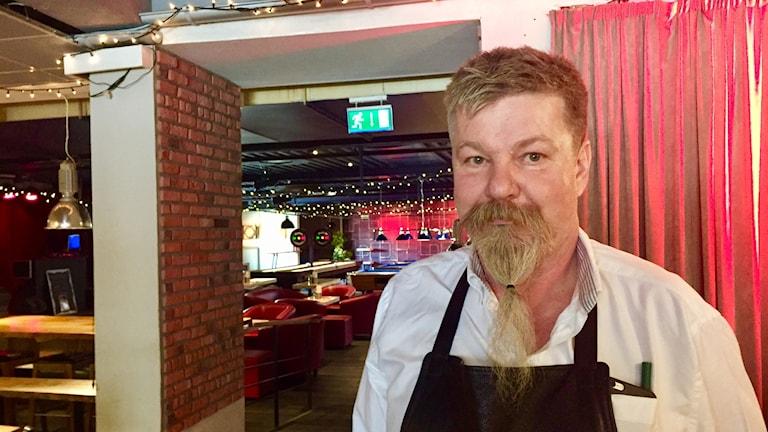 Claes Jonsson som driver Bistro Borgen i Visby får anstränga sig mer för att hitta rätt arbetskraft än för några år sedan