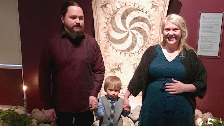 Nygifta. Anneli Nyberg och Lars Hellgren med sonen Dante