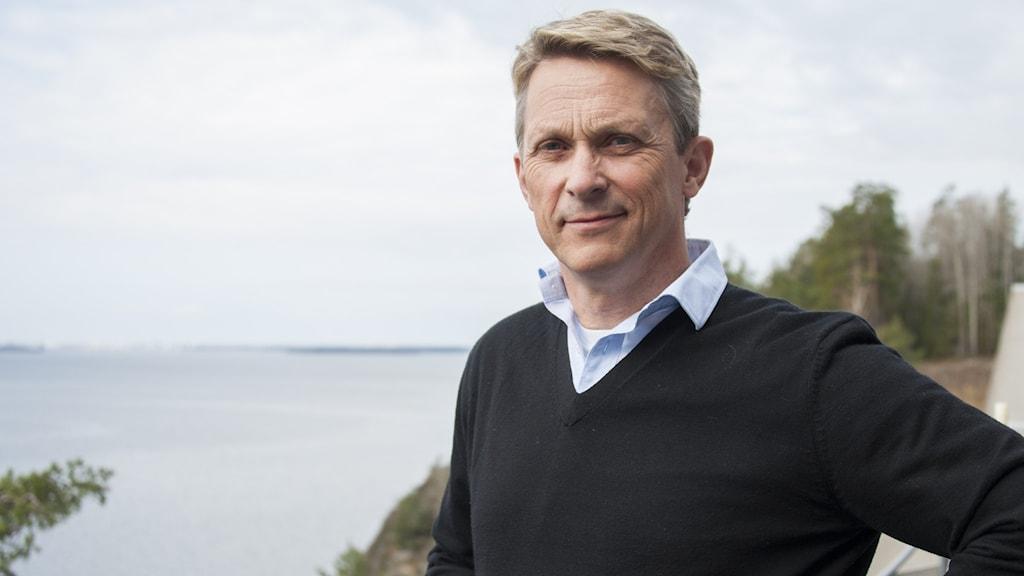 Trafikverkets presschef Bengt Olsson står utomhus med havet i bakgrunden.