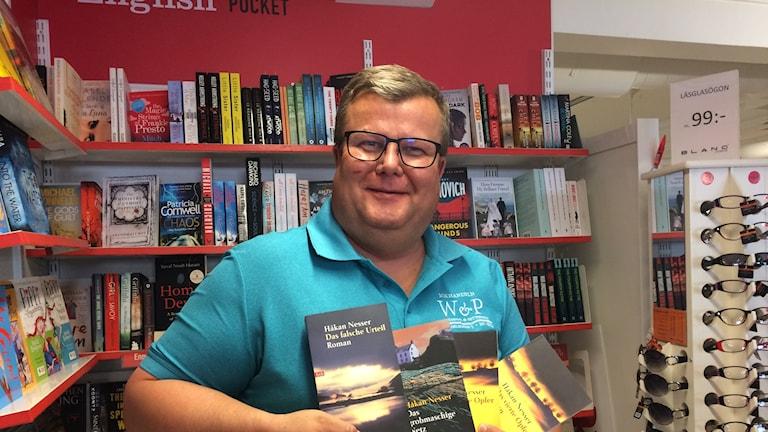 Tyska turister vill betala kontant, enligt bokhandlaren Roland Salemark.