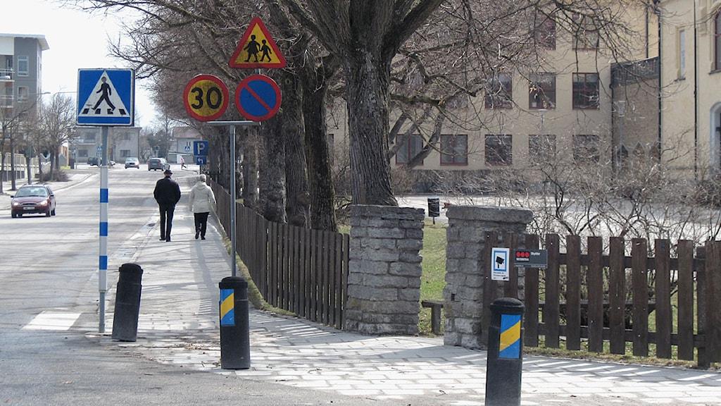 En gata utanför Solbergaskolan och skylt med hastighetsbegränsning.
