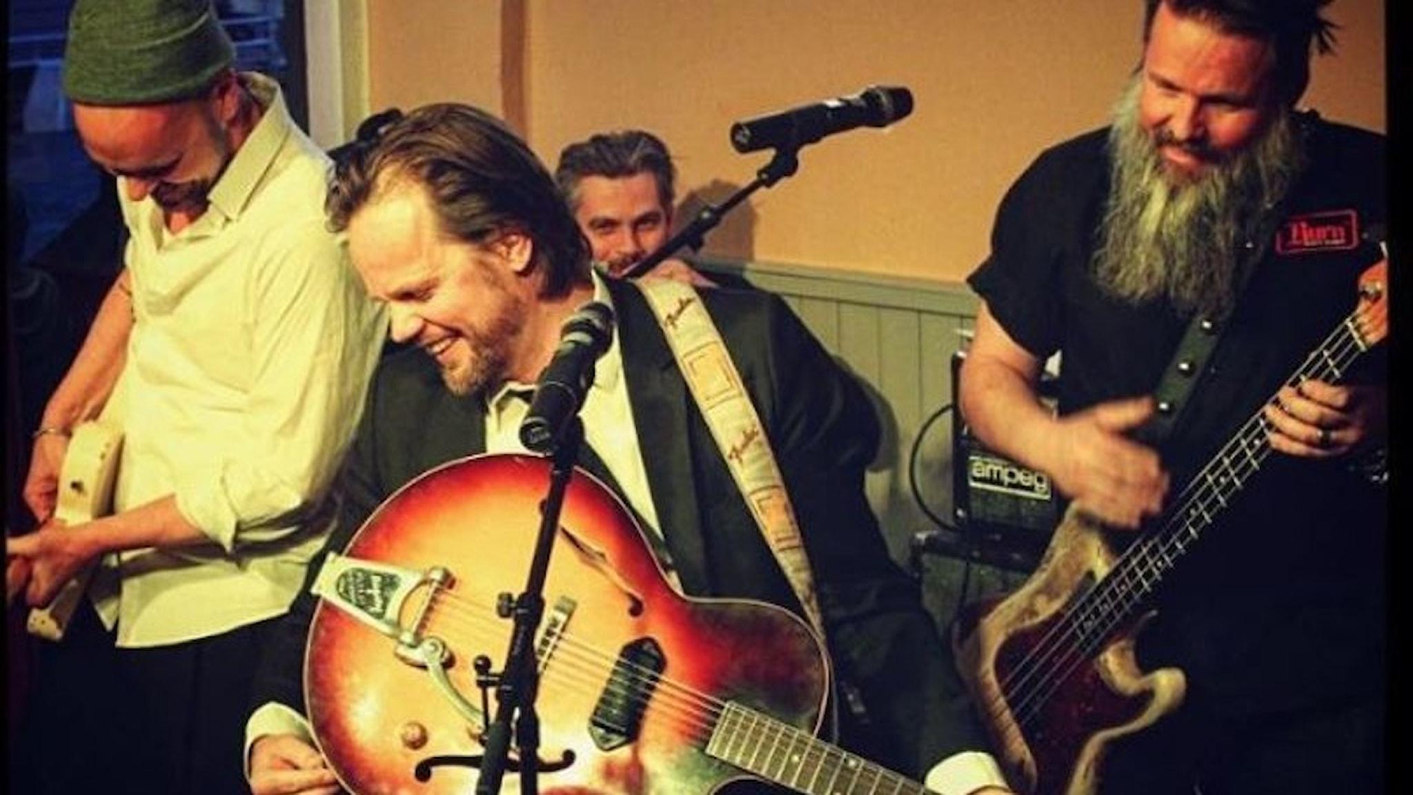 Tommie Sewón med musiker