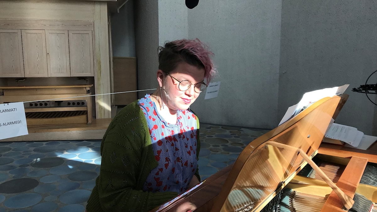 Karolina Larsson sjunger och spelar piano