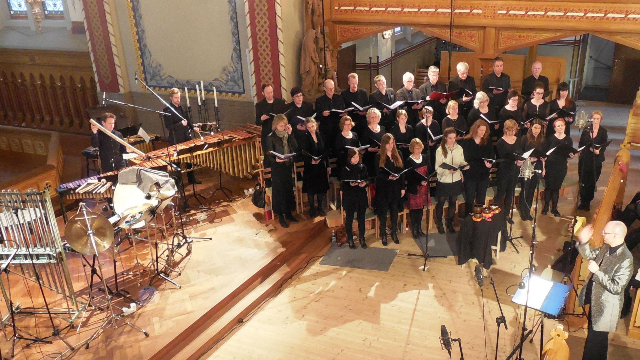 Erland Hildén dirigerar Örgryte kyrkokör och multislagverkare. Foto: Ronald Eek.