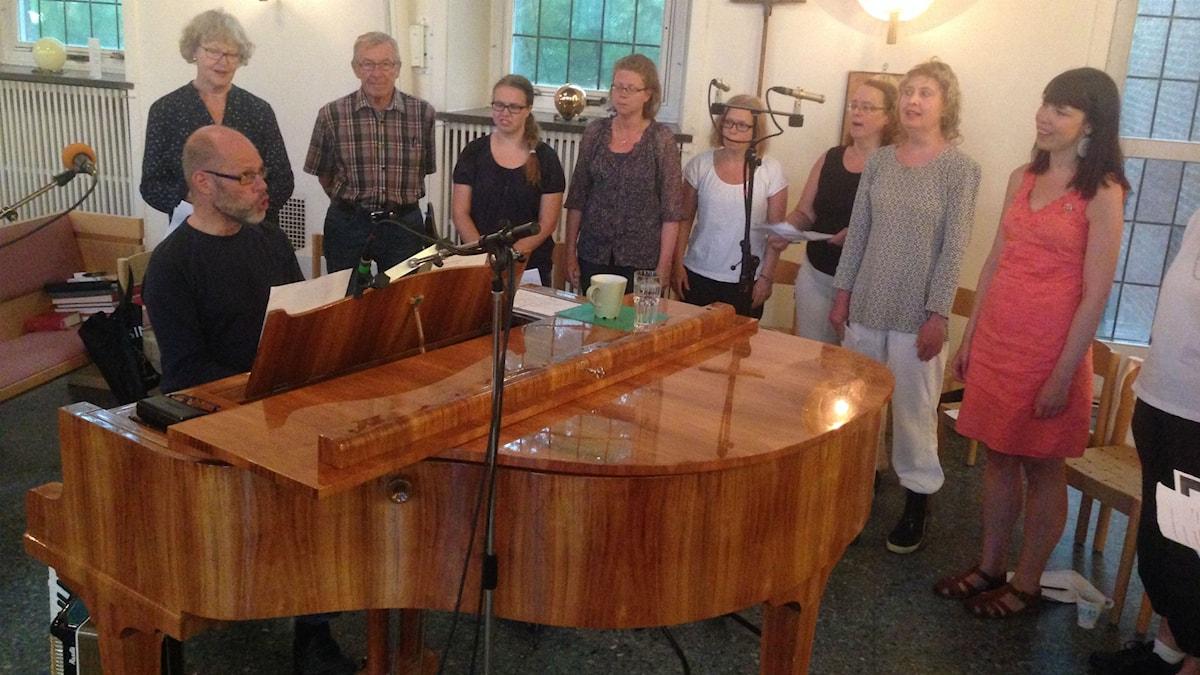 Per Myrstener repeterar med sånggruppen från Heliga Trefaldighetskyrkan i Malmö. Foto: Agneta Nordin.